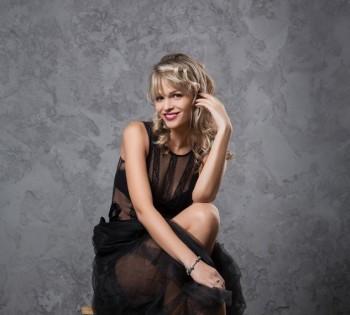 Яркая, эмоциональная фотография красивой девушки. Фотосессия в студии.
