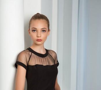 Стильный портрет молодой девушки в студии.