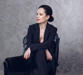 Портрет стильной женщины в элегантном костюме. Фотостудия Птичка