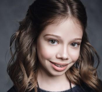Красивый портрет милой девочки. Фотосессия в студии.