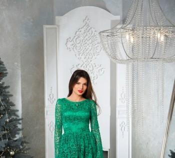 Фотография девушки в красивом платье возле камина. Фотосессия в студии.