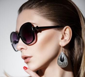 Модная фотография девушки в очках. Студийная фотосессия