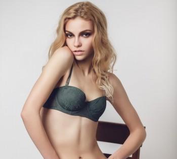 Фотография красивой блондинки на студийной фотосессии