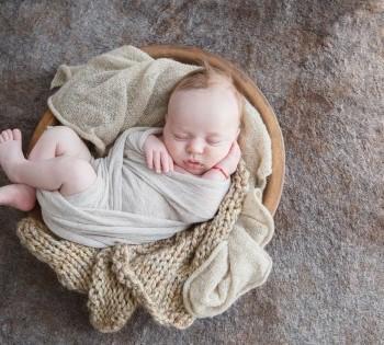 Спящий малыш в корзинке.  Фотосессия в стиле LifeStyle в Днепре.