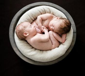 Фото новорожденных в деревянной корзинке. Фотосессия в стиле LifeStyle в Днепре.