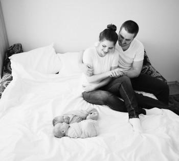 Родители любуются спящими младенцами. LifeStyle в Днепре.