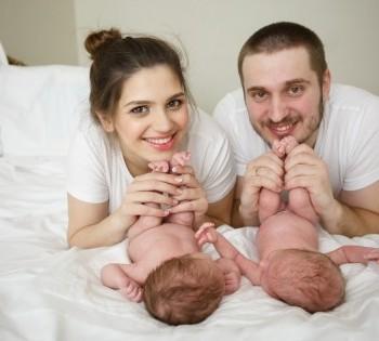Счастливые мама, папа и детки близнецы. Фотосессия в стиле LifeStyle.