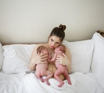 Счастливая мама с новорожденными близнецами. Фотосессия в стиле LifeStyle. Днепр