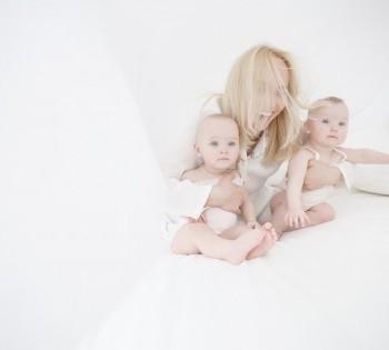 Мама обнимается с детками двойняшками. LifeStyle в Днепре.