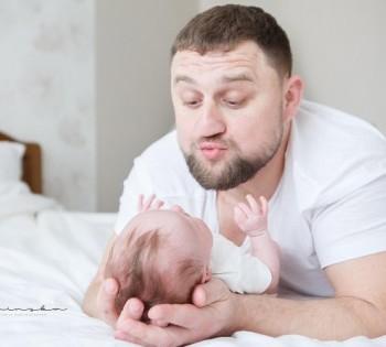 Папа играет с ребёнком. Фотосессия в стиле LifeStyle.