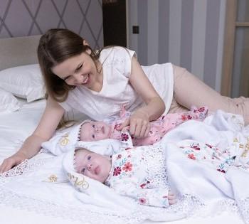 Мама с младенцами в домашнем интерьере. Фотосессия в стиле LifeStyle в Днепре.