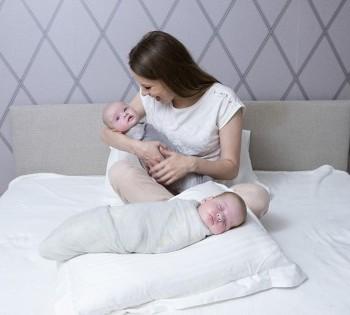 Мама и двое новорожденных деток. Фотосессия в стиле LifeStyle в Днепре.