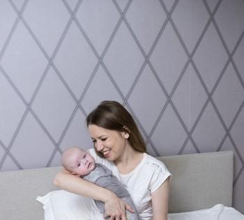 Мама с новорожденными в домашнем интерьере. Фотосессия в стиле LifeStyle в Днепре.
