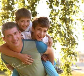 Душевная фотография папы с сыновьями. Фотосъемка на природе Днепр.