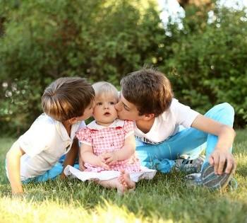 Очень милая семейная фотокарточка. Фотосъемка на природе Днепр.