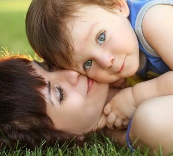 Мама с ребенком на яркой и красивой фотосессии на улице. Фотосъемка на природе Днепр.