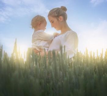 Мама с ребёнком в поле. Выездные фотосессии в Днепре.