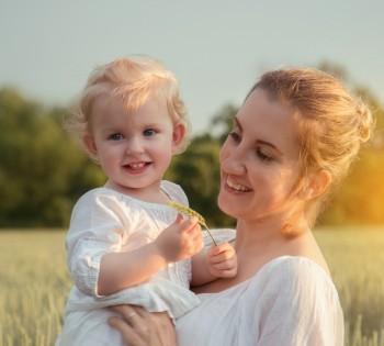 Мама с ребёнком в пшеничном поле. Выездные фотосессии в Днепре.