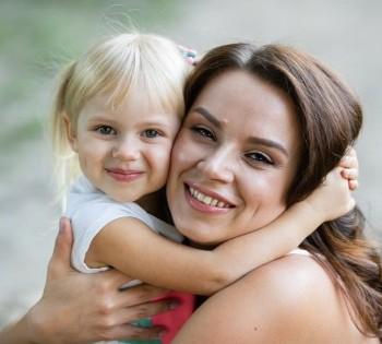 Милая фотография мамы и дочки. Фотосессии на природе. Днепр.