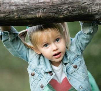 Забавное фото девочки. Фотосессии на природе. Днепр.